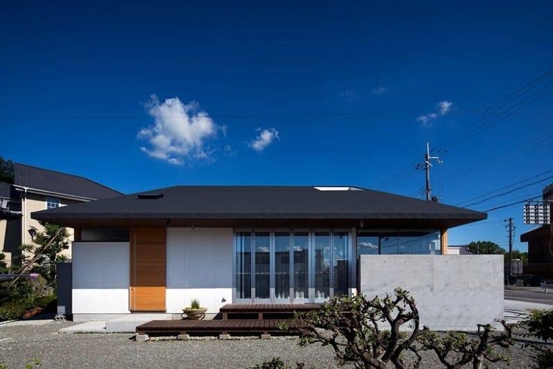 bungalov-velke-okna-biela-fasada-cierna-strecha