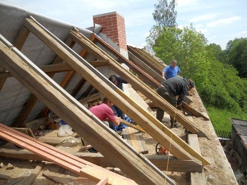 rekonstrukcia-strechy-pracovnici-na-stavbe-strechari-krov
