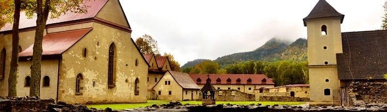 cerveny-klastor-hrad-zamok-nadvorie