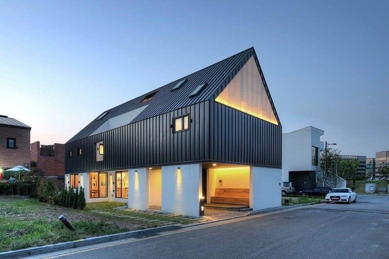 moderny-skandinavsky-dom-tmava-cierna-plechova-krytina-biela-fasada