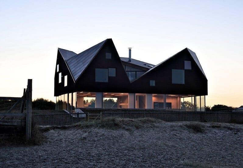 odvazna-moderna-stavba-dom-s-presklenymi-stenami-cierna-strecha