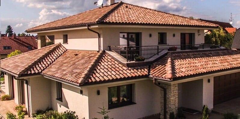 Slovensko-dom-svetla-melirovana-krytina-so-svetlou-fasadou