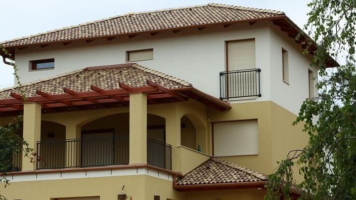 Slovensko-dom-svetla-melirovana-krytina-s-geometricky-symetrickou-dvojfarebnou-fasadou