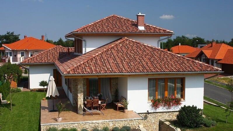 Melirovana-krytina-s-tmavsim-nadychom-do-cervena-rodinny-dom-s-terasou-a-zahradou-s-bielou-fasadou