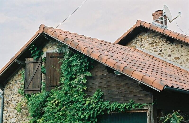 Melirovana-krytina-s-tmavsim-nadychom-do-cervena-rodinny-dom-strecha-brectan