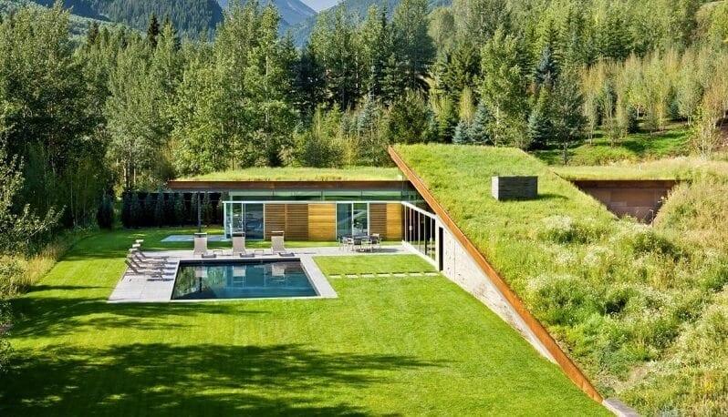 zelena-sikma-strecha-eko-trava-na-streche-moderny-dom-s-bazenom-travnik