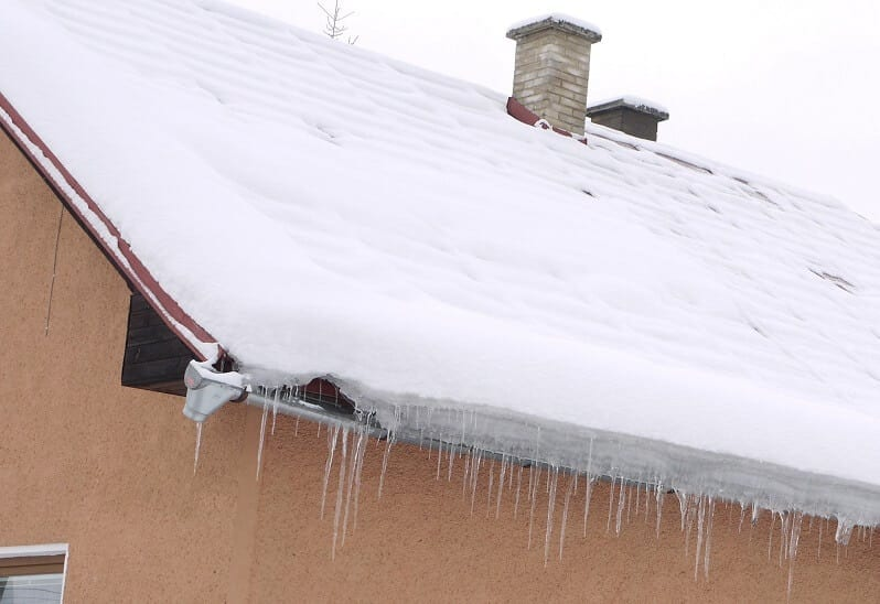 sneh-na-streche-cencule-zasnezena-strecha-krytina-stresne-plaste-chyby