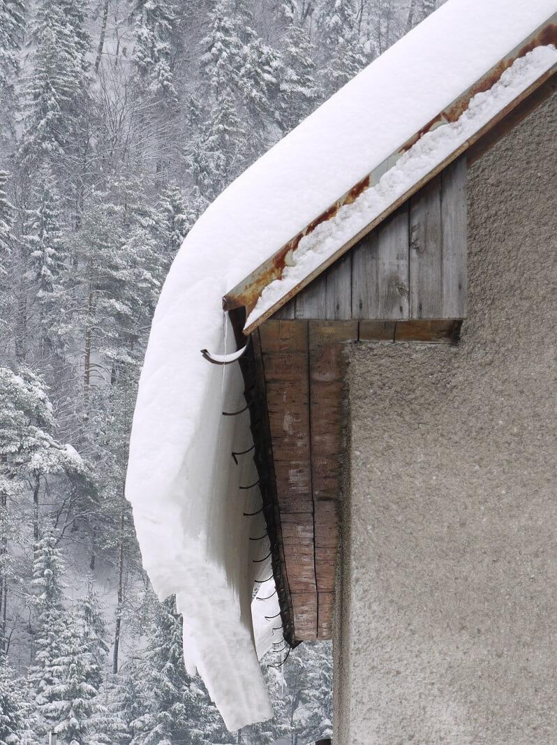 zosuv-snehu-zo-strechy-krytina-hrdza-na-streche-stresne-plaste-chyby