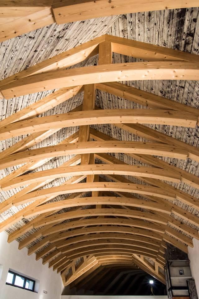 ozdobny-dreveny-krov