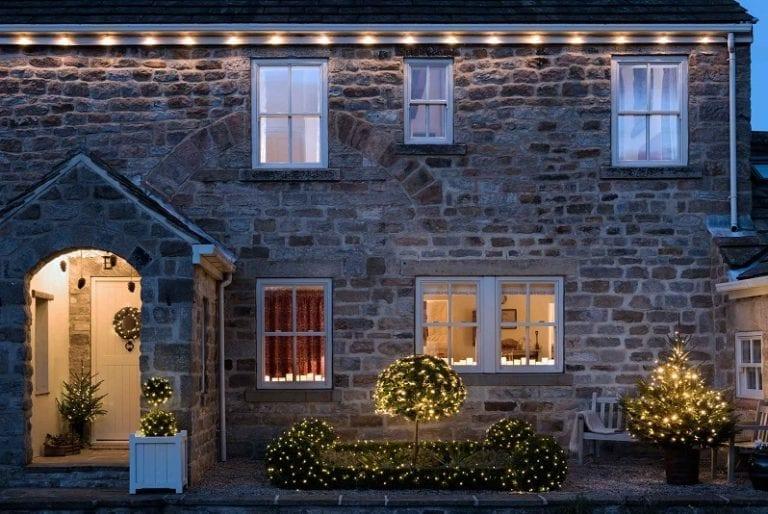 vianocna-vyzdoba-strechy-a-domu