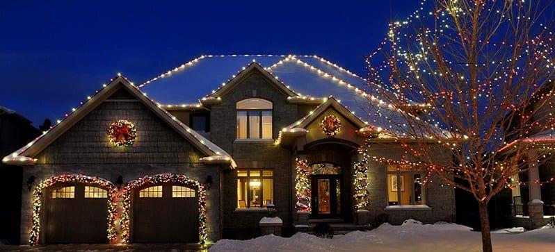 vianocna-vyzdoba-domu-a-strechy