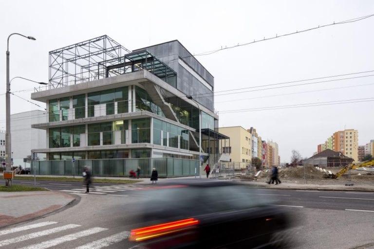 komunitne-centrum-maj-futbalovy-stadion-strecha