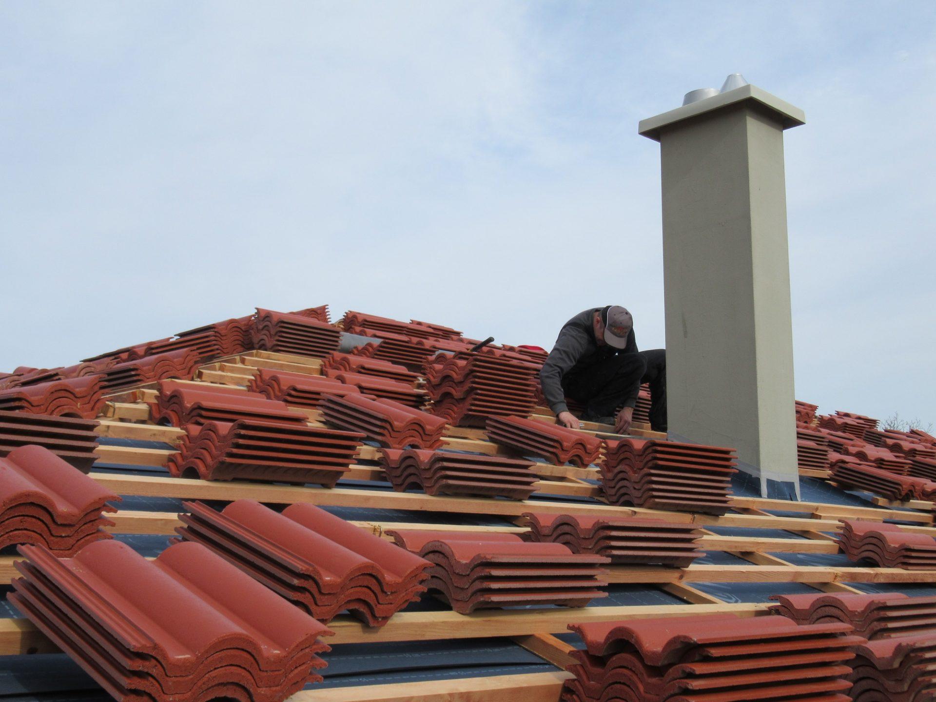 Stavba strechy krok za krokom #3: Pokladanie krytiny a doplnkov