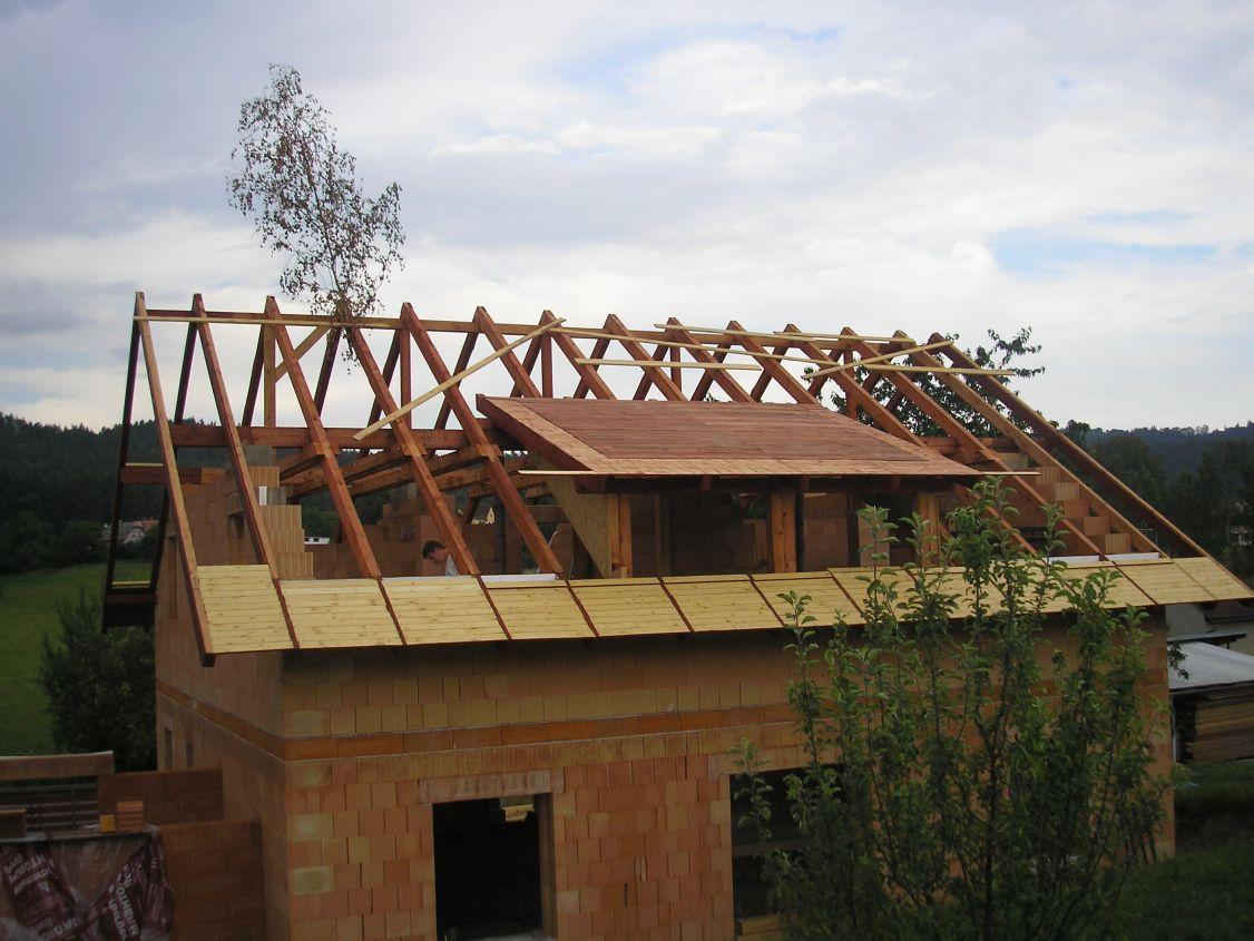 Je rozdiel medzi odvetraním strechy s plným záklopom a bez neho?