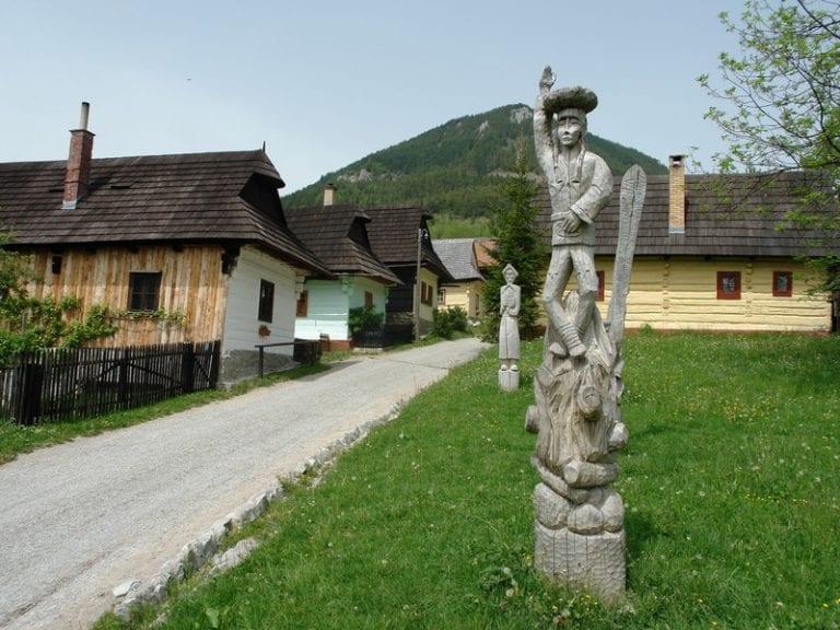 Vlkolinec-dedinka-drevenice-sochy-rezbarstvo-tradicia