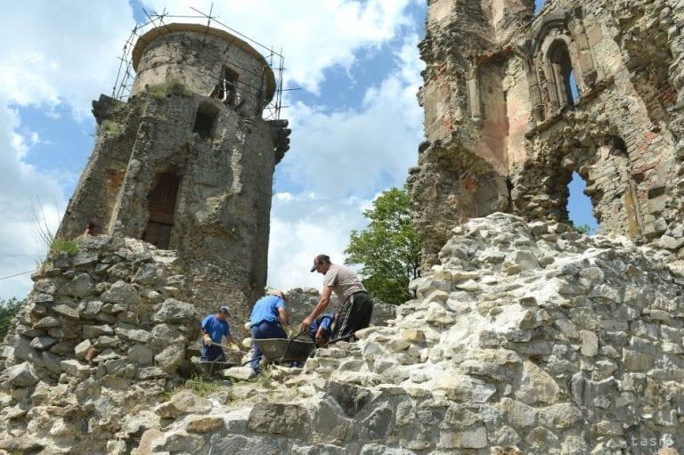 rekonstrukcia-hrad-zrucanina-robotnici
