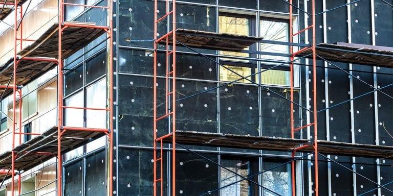 izolacia-obvodny-plast-budova-lesenie-okna