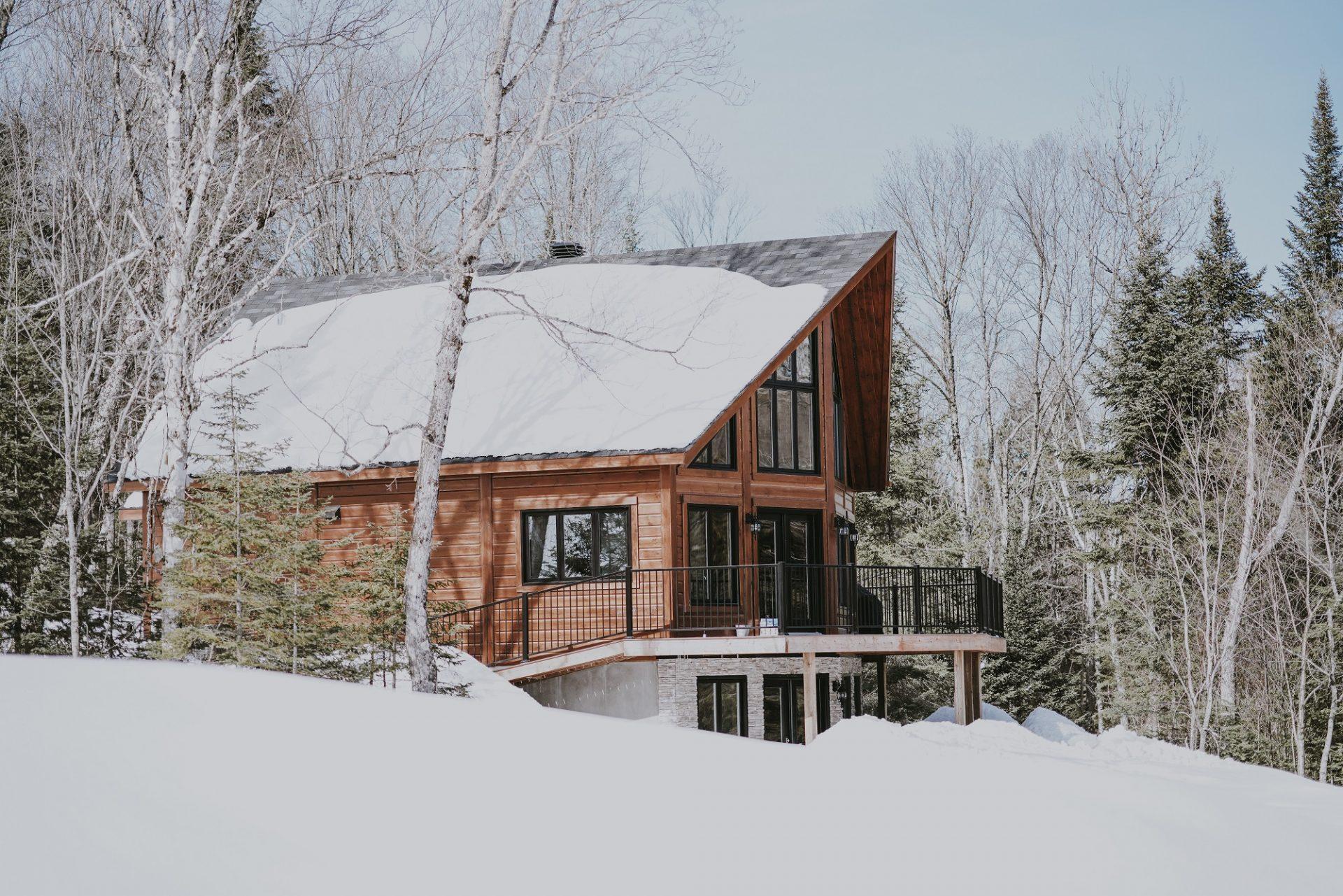 Odpratávať alebo neodpratávať sneh zo striech?