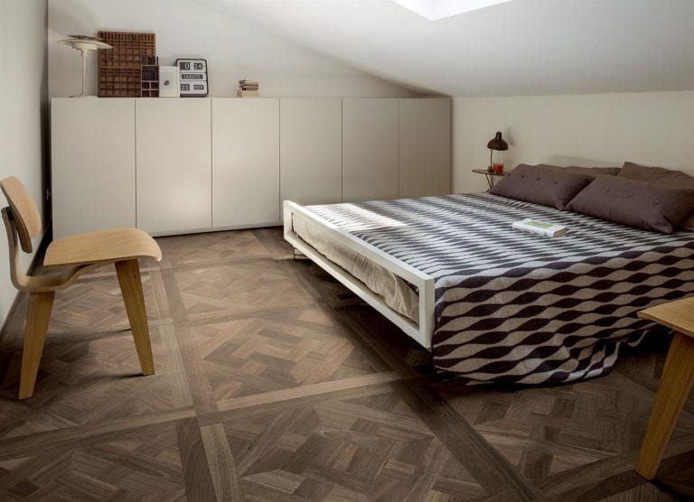 postel-stresne-okno-dizajnove-byvanie-dlazba-spalna