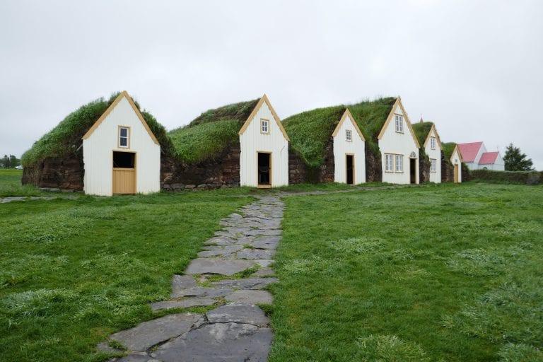 vidiek-dom-stajna-travnata-strecha-ekologia-priroda