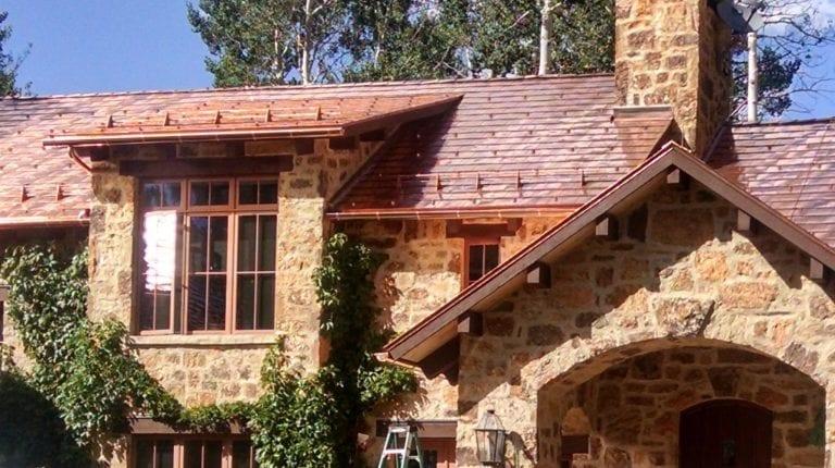 dom-medena-strecha-kamenne-oblozenie-kvety