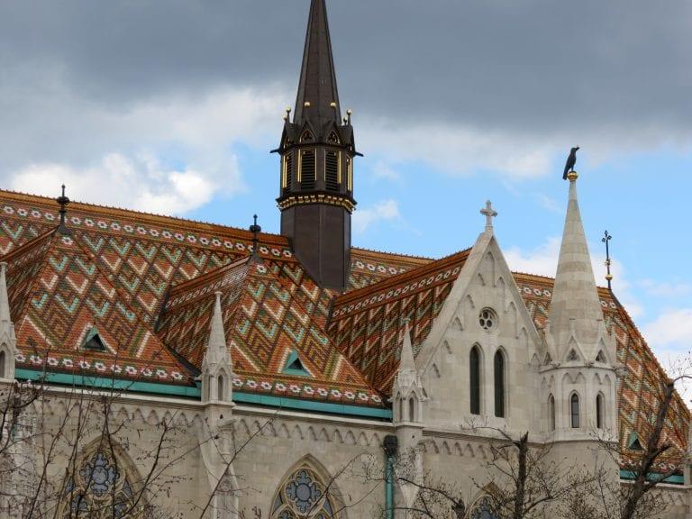 strecha-historicka-budova-ozdobna-krytina-veza-kostol-chram