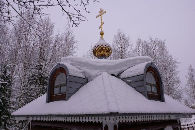 sneh-strecha-ozdoba-kaplnka-kriz-ozdoba
